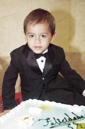 <b>20 de julio 2005</b><p>  Luis Gerardo Limón Medina apagó las velitas de su pastel al celebrar su tercer cumpleaños, en el convivio que le organizaron.