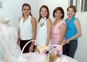 Alicia Izquierdo de Velazco acompañada por las organizadoras de su fiesta de canastilla.