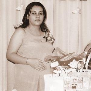 <b>22 de julio 2005</b><p>  Paty Hitrado, en la fiesta de canastilla que le ofreció su suegra, Mary de Valenzuela.