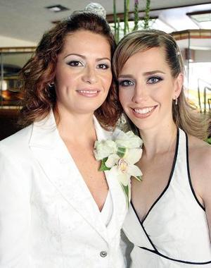 Alejandra Aguiñaga Gutiérrez en su despedida de soltera, captada junto a su hermana Lizeth.