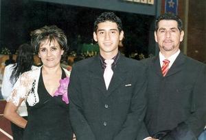 Carlos Díaz Gámez, el día de su graduación acompañado por sus papás, Carlos Díaz y Pilar Gámez de Díaz