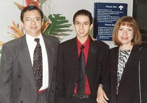 Enrique Cuan Urquizo acompañado de sus padres, Enrique y Elisa Cuan, el día de su graduación de bachillerato del Tecnológico de Monterrey Campus Laguna.
