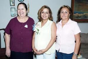 Rosario Chapa de gallardo disfrutó de una fiesta de canastilla, que le ofrecieron, sus familiares en días pasados para el bebé que espera.