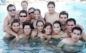 Ángel Gerardo Cortinas Trujillo con amigos en su cumpleaños.