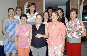<b>23 de julio 2005</b><p> Luisa Fernanda Ramos de Aguayo acompañada por un grupo de amigas y familiares en su fiesta de canastilla