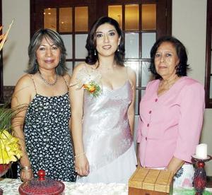La futura novia, Julia Miriam Solís, acompañada de su mamá, Julia Martell de Solís y sus suegra.