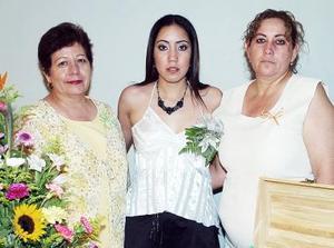 Karla Angélica Torres en su fiesta de despedida, acompañada por Apolonia Cervantes y María de los Ángeles Martínez.