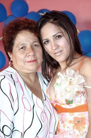 Esperanza Mata Santoyo en compañía de su mamá, Ramona Santoyo.