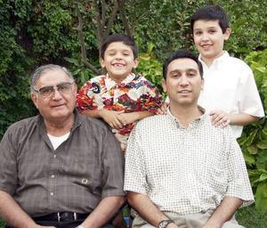 <b>23 de julio 2005</b><p> José Luis Madero Acuña con su hijo Luis Madero y sus nietos, José Luis y Fernando Madero García.