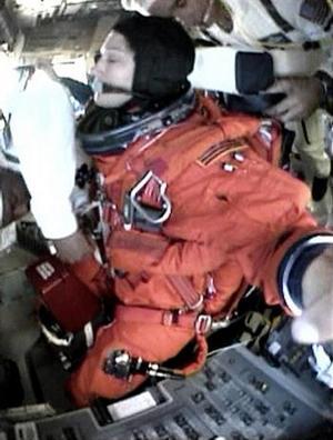 En la maniobra del retorno al planeta, la nave debe soportar temperaturas altísimas. <p> Las imágenes desde la perspectiva del láser, que está acompañado por una cámara de televisión, mostraron el procedimiento, en el que el brazo robótico se extendía a lo largo del borde negro del ala.