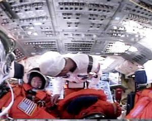 Manejando el brazo por computadora desde dentro de la nave, los astronautas buscaban rajaduras que puedan representar un peligro para el transbordador cuando el Discovery regrese a la atmósfera de la Tierra antes de su previsto aterrizaje el 7 de agosto.