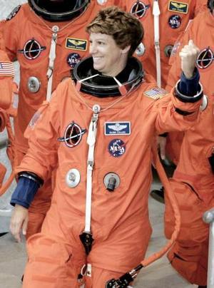 Eileen Collins es la encargada de la delicada tarea de encabezar la tripulación del 'Discovery. <p> Esta mujer es una experimentada astronauta de 49 años, y esta responsabilidad no es nueva, pues en 1999 encabezó la tripulación del desaparecido transbordador 'Columbia' en una misión para reparar el telescopio espacial Hubble.