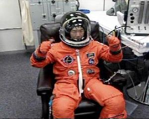 Los astronautas del Discovery estudian lentamente las alas y la nariz de la nave, con un brazo robótico equipado con láser, en el inicio de una inspección de seguridad crítica nunca antes realizada en una misión de los transbordadores estadounidenses.