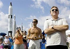 La gente se dio cita para observar el lanzamiento del Discovery y desearon las mejores de las suertes a los tripulantes.