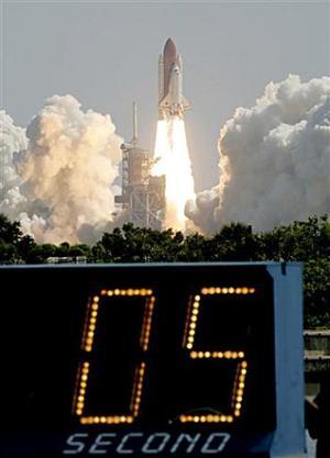 Durante la misión, la comandante Eileen Collins y su tripulación transportarán suministros a la Estación Espacial Internacional (ISS, por sus siglas en inglés) y probarán nuevas técnicas para inspeccionar y reparar el transbordador en órbita.