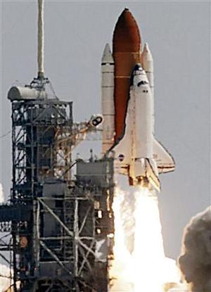 El Discovery despegó con siete astronautas a bordo, en el primer lanzamiento de un transbordador espacial desde la tragedia del Columbia hace dos años y medio.