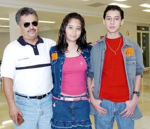 Mariela Estefanía Cuevas, José Ángel Ramírez y Roberto Ramírez, en el aeropuerto.