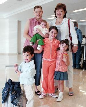 Diego, Victoria, Camila, María José y Lorena viajaron a Cancún y los despidió Blanca.