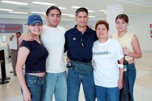 <b>24 de julio 2005</b><p> Salvador Carrillo viajó a Corea y fue despedido por Israel Pérez, Karla Camarillo, Diana Rivas y María Luisa Vásquez.