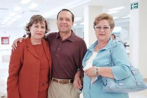 <b>25 de julio 2005</b><p>  Paquita y Graciela González viajaron a San Diego y las despidió Julián Alba.