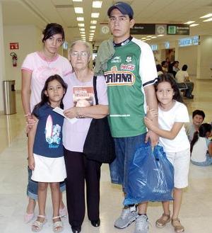Catalina Carrillo y María Salazar, viajaron a la Ciudad de México y las despidió su familia.