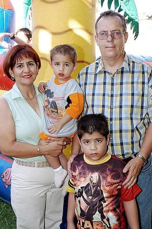 Gustavo Guillermo y Eduardo Alberto fueron festejados por sus padres, Gustavo Fernández y Laura Dávila de Fernández, al cumplir siete y tres años de edad, respectivamente.