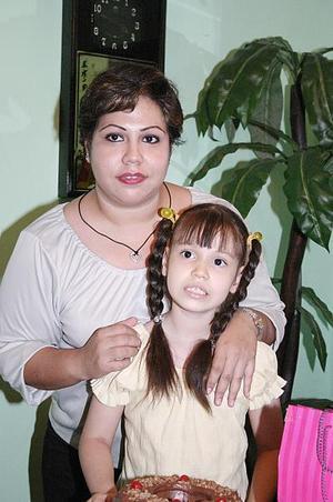 Jocelyn R. de la Cruz con su mamá Sebid de la Cruz López, el día que festejó su octavo cumpleaños.