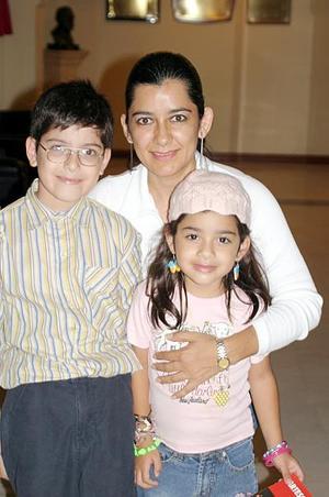 Leonor Estela de Ordaz con sus hijos Miguel Ángel y Amira Ordaz Quiñones.