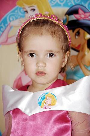 <b>25 de julio 2005</b><p> Regina Lavín Duarte, captada el día de su piñata.