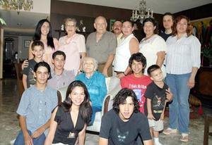 La festejada acompañada de sus hijos, nietas, bisnietos y otros amigos.