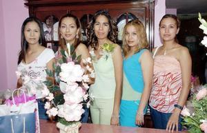 Sayra  Cordero Herrera, acompañada por un grupo de amigas en la despedida de soltera que le ofrecieron, ya que en próxima fecha contraerá nupcias con Gabino Chávez Reyes.