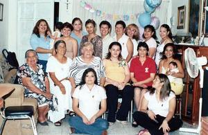 Amigas y familiares acompañaron a Paty Huitrado, en la fiesta de canastilla que le ofreció su suegra, Mary Valenzuela, para el bebé que espera.