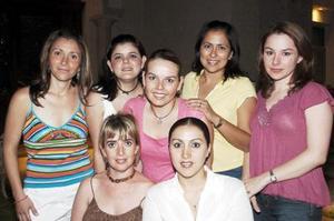 Érika Padilla, acompañada por amigas que le organizaron una fiesta de despedida de soltera.