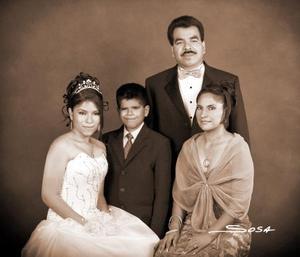 Srita. María Teresa Carrillo Díaz, el día de su fiesta de quince años acompañada de sus papás, Crescencio Carrillo y Julieta Díaz de Carrillo y sus hermanos.