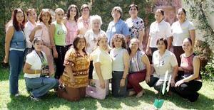 <b>24 de julio 2005</b><p> Susana Marcela Luján Vargas recibió múltiples felicitaciones de sus amigas y familiares  en su fiesta de despedida de soltera.