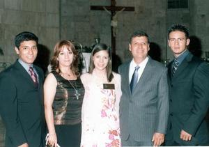 Lilia García Álvarez recibió el sacramento de la Confirmación. La acompañan sus hermanos José Alfredo y David y sus papás, José Alfredo y Lilia García.