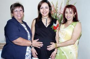 Úrsula con las organizadoras del festejo, su suegra, Jose de Ruiz y su mamá, Irma Leticia Martínez.