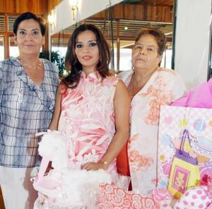<b>25 de julio 2005</b><p>  Rosario Vázquez de Valencia recibió lindos regalos para el bebé que espera, en la fiesta de canastilla que le ofrecieron Petrita Cháirez y Guadalupe Martínez.