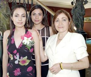 María Laura Puente Méndez, acompañada por las anfitrionas de su fiesta de despedida de soltera.