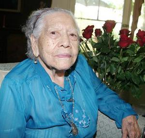 Muy contenta estuvo Doña María Álvarez de Villarreal, en el convivio que le ofreció su familia para festejar su cumpleaños.