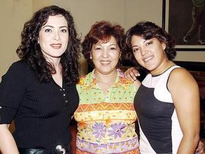 El jueves pasado, se reunieron en conocido club campestre para celebrar el cumpleaños de Gabriela Fernández las amigas Ivonne de León y Mercedes Marrujo Fernández.