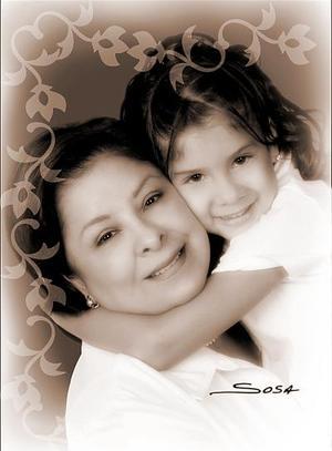 María Inés Mata de Rendón con su nieta Ana Paola Cordero, en una foto de estudio.