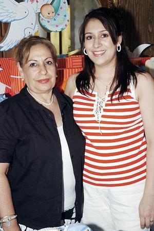 <b>25 de julio 2005</b><p>  Luz María Diosdado de Castañeda y Adriana Castañeda de Fuentes, en un convivio.