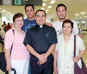 Víctor Manuel Gómez, Cecilia y Martha Hernández viajaron a Los Ángeles, fueron despedidos por Omar González.
