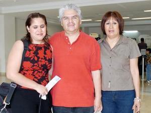 Martha y Paola Salazar viajaron al DF y fueron despedidas por Salvador Salazar.