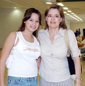 Mariana González viajó con destino a Cancún y fue despedida por Gabriela Natera.