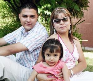 Daniela en compañía de sus papás, Efrén González y Sonia de González, en el festejo que le organizaron con motivo de sus tres años de vida.