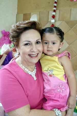 Isabella con su abuelita, Elena Kessler de Anaya.