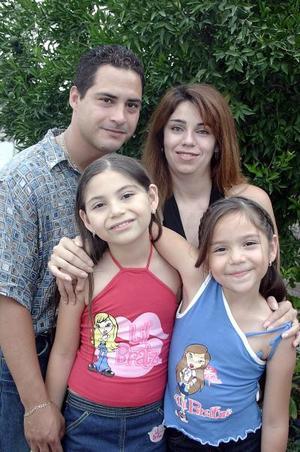 Samson González y Margarita de González con sus hijas Diana y Margarita González, en un agradable convivio.