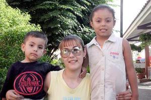 Sandra Rojas captada con sus sobrinos Andrea y David Campos Rojas, en un agradable convivio.